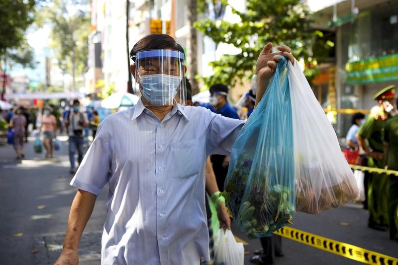 Quận 5: Người dân hồ hởi đi chợ dã chiến - ảnh 13