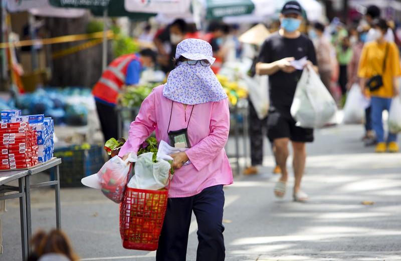Quận 5: Người dân hồ hởi đi chợ dã chiến - ảnh 14