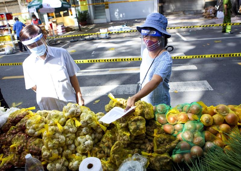 Quận 5: Người dân hồ hởi đi chợ dã chiến - ảnh 5