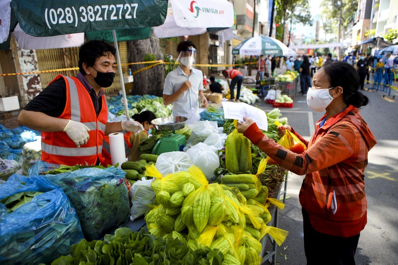 Quận 5: Người dân hồ hởi đi chợ dã chiến - ảnh 6