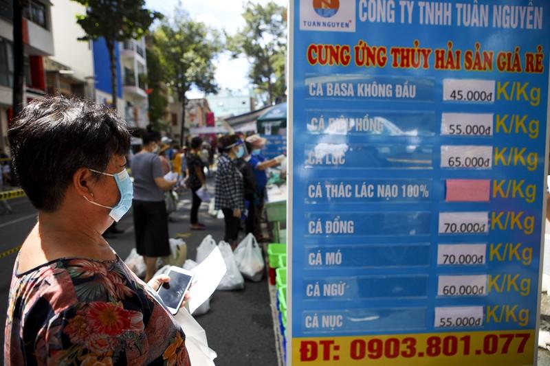 Quận 5: Người dân hồ hởi đi chợ dã chiến - ảnh 8