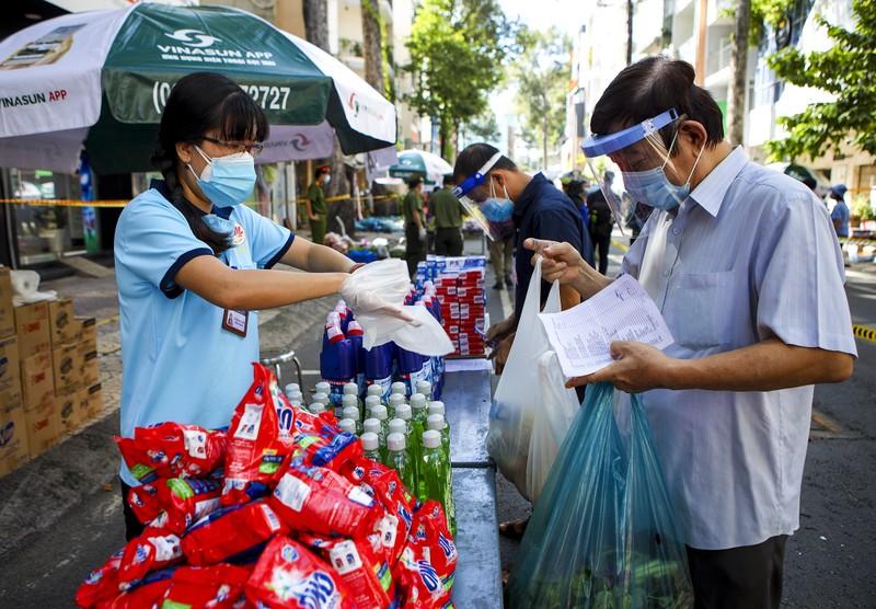 Quận 5: Người dân hồ hởi đi chợ dã chiến - ảnh 10