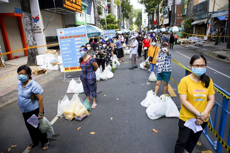 Quận 5: Người dân hồ hởi đi chợ dã chiến - ảnh 15