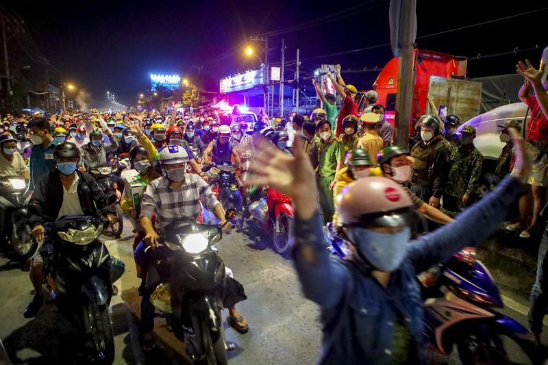 Người dân miền Tây tự phát về quê gây ùn tắc cửa ngõ phía tây TP - ảnh 9