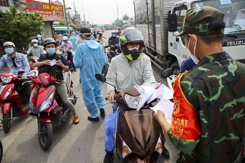 Chùm ảnh: Ngày đầu tiên người lao động lưu thông 4 tỉnh giáp ranh TP.HCM - ảnh 1