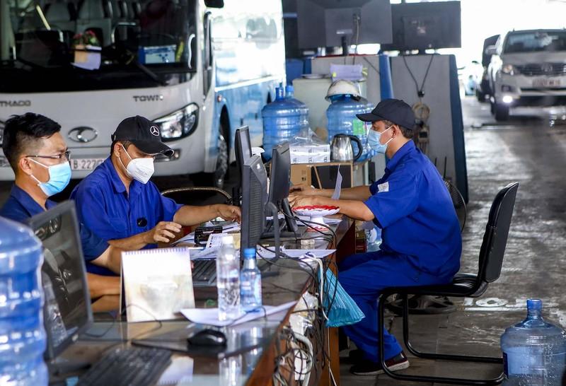 Xe ô tô, cơ giới xếp hàng dài chờ đăng kiểm sau nới lỏng giãn cách - ảnh 9