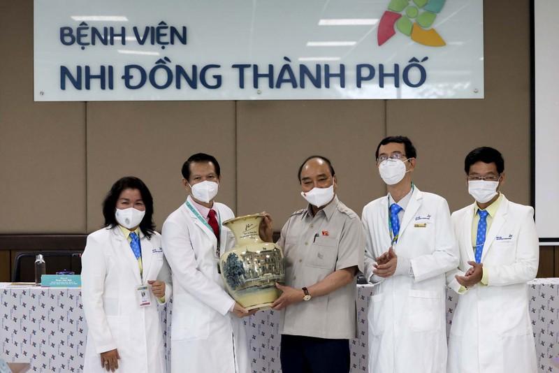 Chủ tịch nước thăm, tặng quà cho bệnh nhi tại Bệnh viện Nhi đồng TP.HCM  - ảnh 8