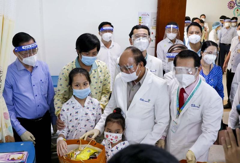Chủ tịch nước thăm, tặng quà cho bệnh nhi tại Bệnh viện Nhi đồng TP.HCM  - ảnh 1