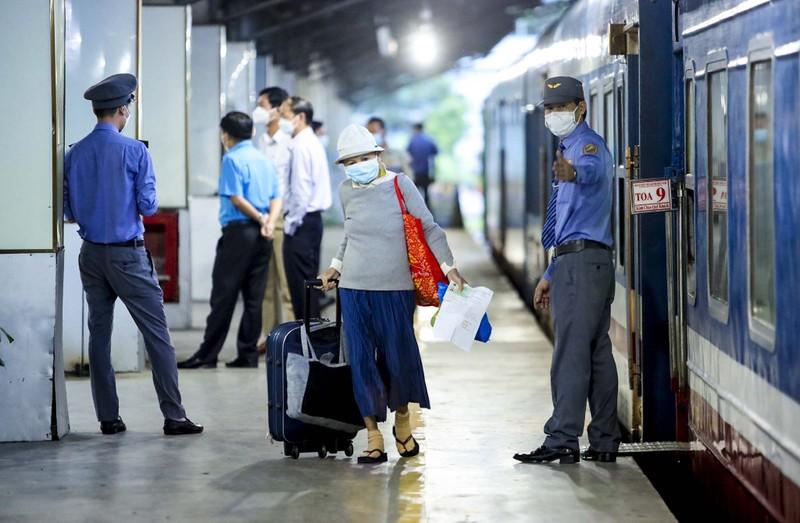 Không đủ điều kiện phòng dịch, nhiều hành khách lỡ hẹn chuyến tàu hồi hương - ảnh 9
