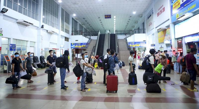 Không đủ điều kiện phòng dịch, nhiều hành khách lỡ hẹn chuyến tàu hồi hương - ảnh 1