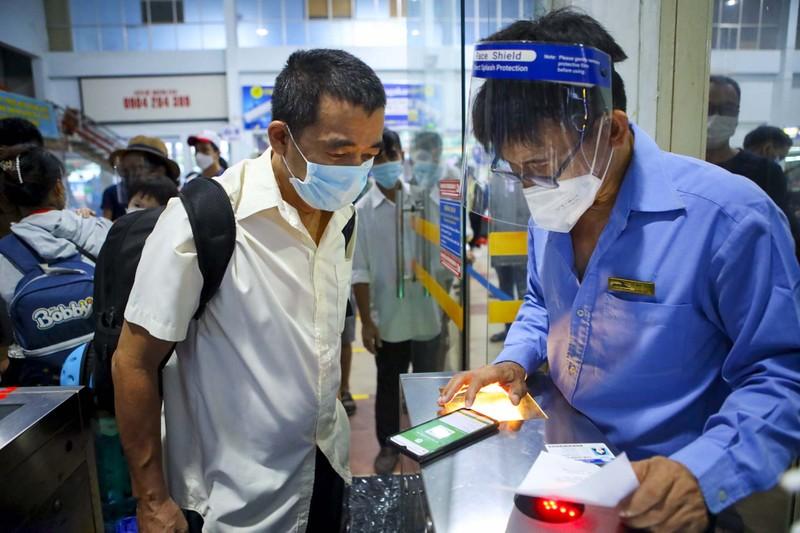 Không đủ điều kiện phòng dịch, nhiều hành khách lỡ hẹn chuyến tàu hồi hương - ảnh 8