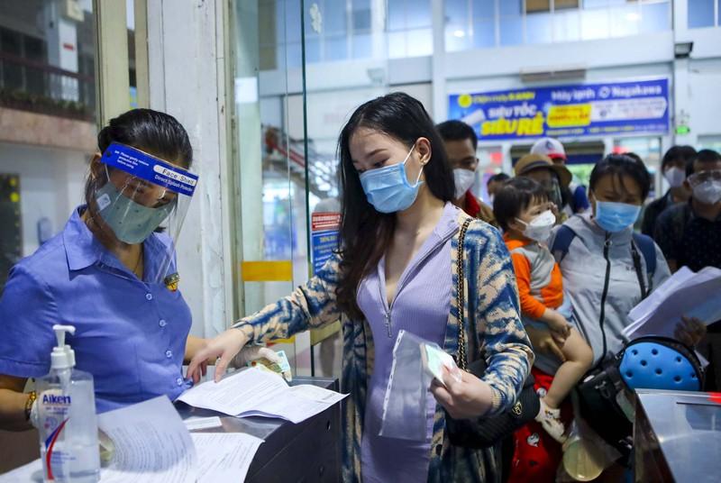 Không đủ điều kiện phòng dịch, nhiều hành khách lỡ hẹn chuyến tàu hồi hương - ảnh 2