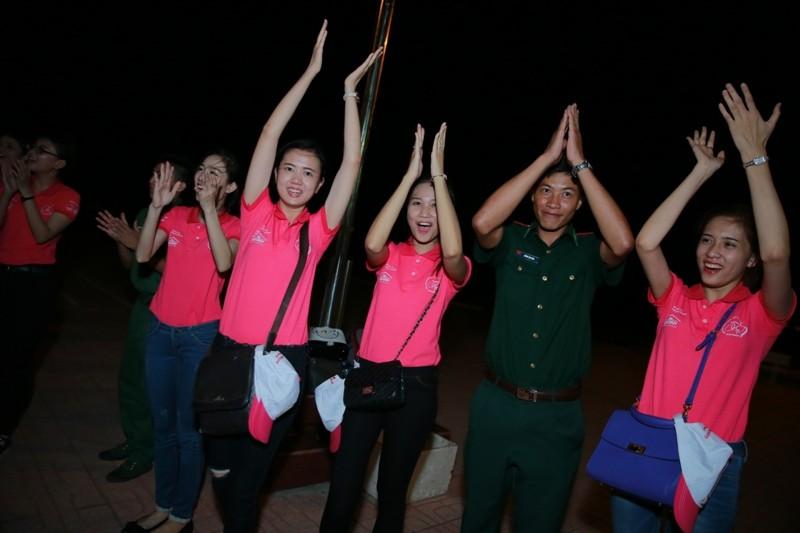 Nữ sinh viên Việt Nam khoe sắc, trổ tài bên chiến sĩ bộ đội biên phòng - ảnh 7