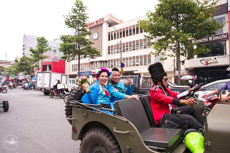 DJ Wang Trần chơi sốc khi rước dâu bằng dàn mô tô cổ - ảnh 2
