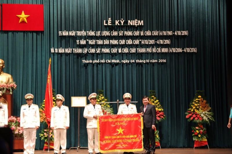 Cảnh sát PCCC TP.HCM nhận huân chương Bảo vệ Tổ quốc  - ảnh 2