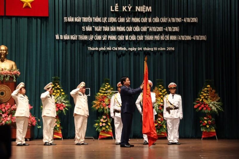Cảnh sát PCCC TP.HCM nhận huân chương Bảo vệ Tổ quốc  - ảnh 1