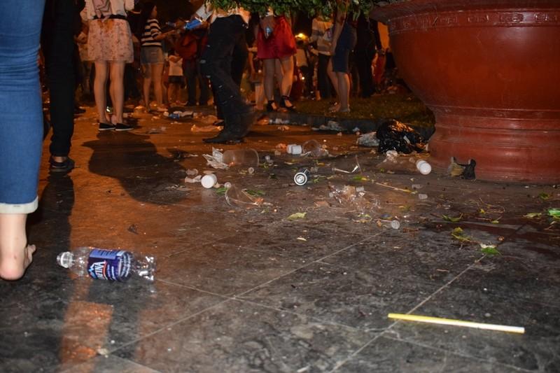 Sau đêm Noel, nhà thờ Đức Bà tràn ngập rác - ảnh 9