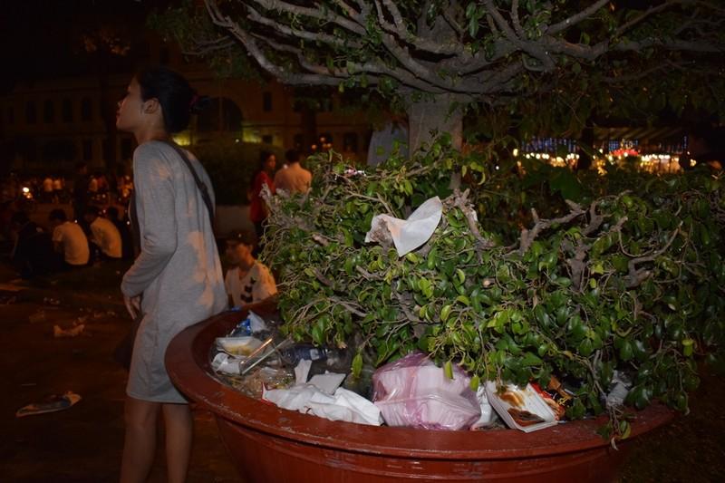Sau đêm Noel, nhà thờ Đức Bà tràn ngập rác - ảnh 1