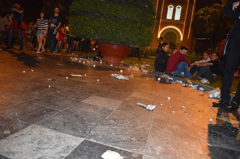 Sau đêm Noel, nhà thờ Đức Bà tràn ngập rác - ảnh 10