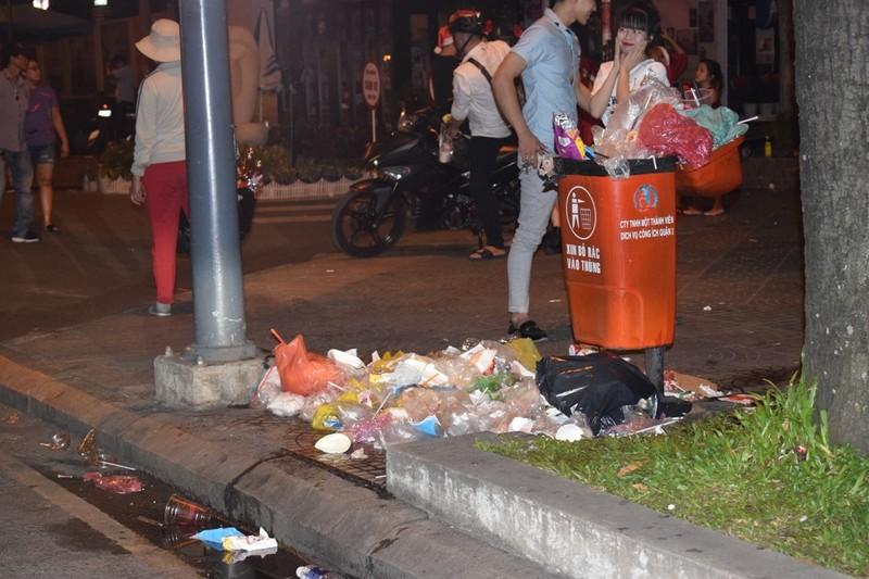 Sau đêm Noel, nhà thờ Đức Bà tràn ngập rác - ảnh 3