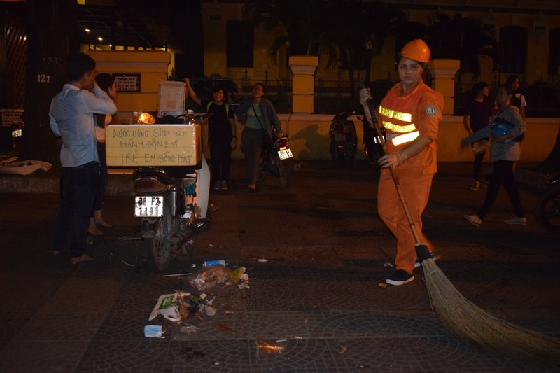 Sau đêm Noel, nhà thờ Đức Bà tràn ngập rác - ảnh 4