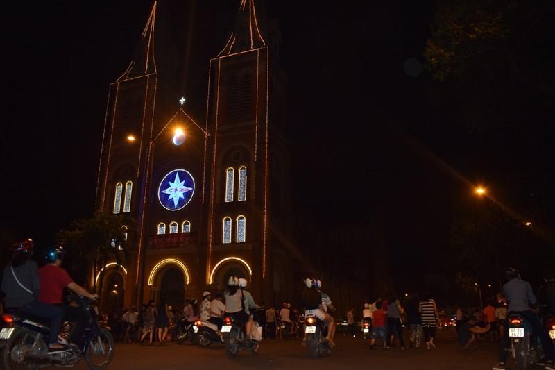 Sau đêm Noel, nhà thờ Đức Bà tràn ngập rác - ảnh 2