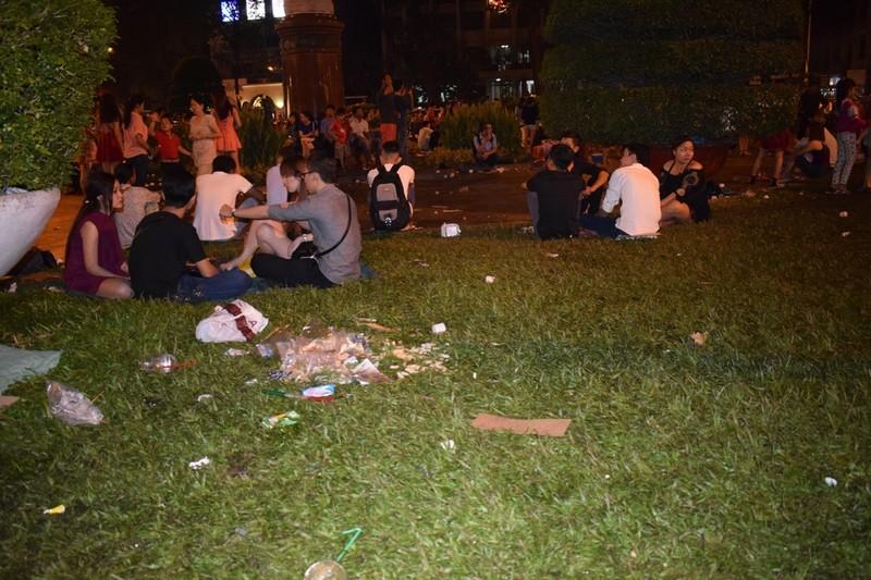 Sau đêm Noel, nhà thờ Đức Bà tràn ngập rác - ảnh 5