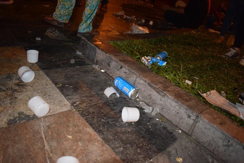 Sau đêm Noel, nhà thờ Đức Bà tràn ngập rác - ảnh 7