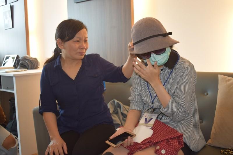 Nữ sinh bị tạt axit đi Thái Lan điều trị đã trở về  - ảnh 3