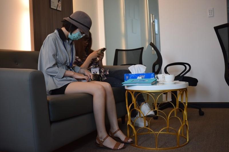 Nữ sinh bị tạt axit đi Thái Lan điều trị đã trở về  - ảnh 4