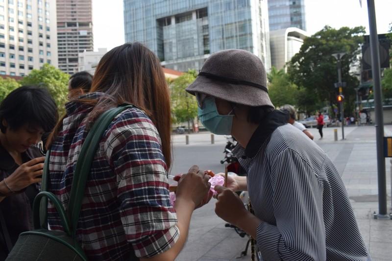 Nữ sinh bị tạt axit đi Thái Lan điều trị đã trở về  - ảnh 6