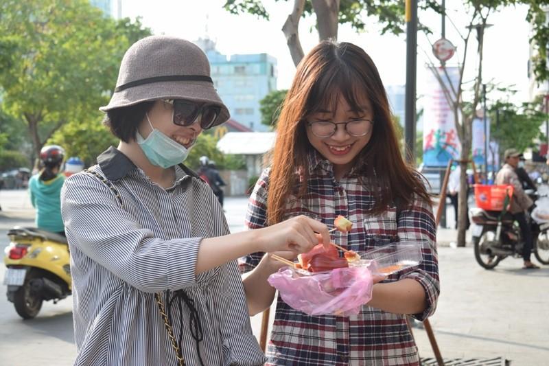 Nữ sinh bị tạt axit đi Thái Lan điều trị đã trở về  - ảnh 1