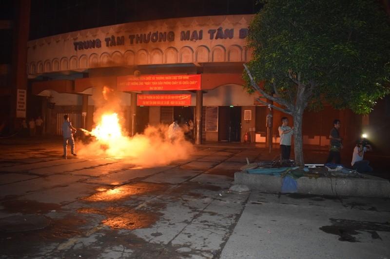 Hơn 200 tiểu thương chợ Tân Bình diễn tập chữa cháy  - ảnh 1