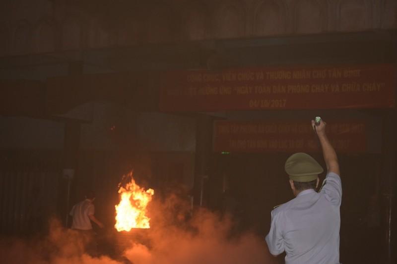 Hơn 200 tiểu thương chợ Tân Bình diễn tập chữa cháy  - ảnh 3