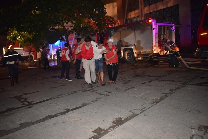 Hơn 200 tiểu thương chợ Tân Bình diễn tập chữa cháy  - ảnh 8