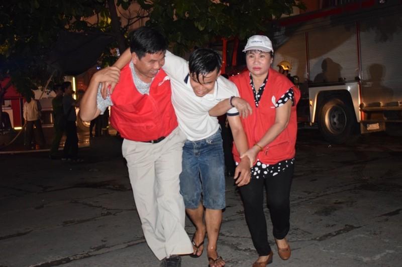 Hơn 200 tiểu thương chợ Tân Bình diễn tập chữa cháy  - ảnh 2