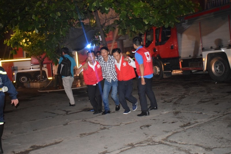 Hơn 200 tiểu thương chợ Tân Bình diễn tập chữa cháy  - ảnh 7