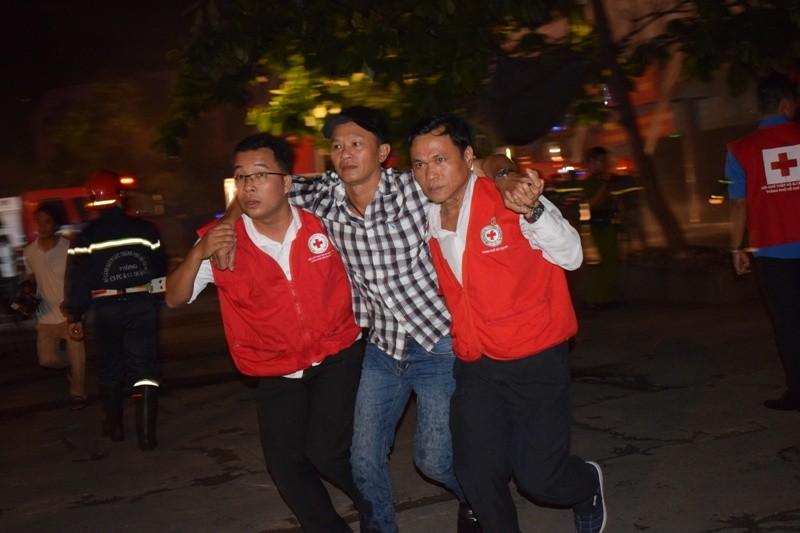 Hơn 200 tiểu thương chợ Tân Bình diễn tập chữa cháy  - ảnh 11