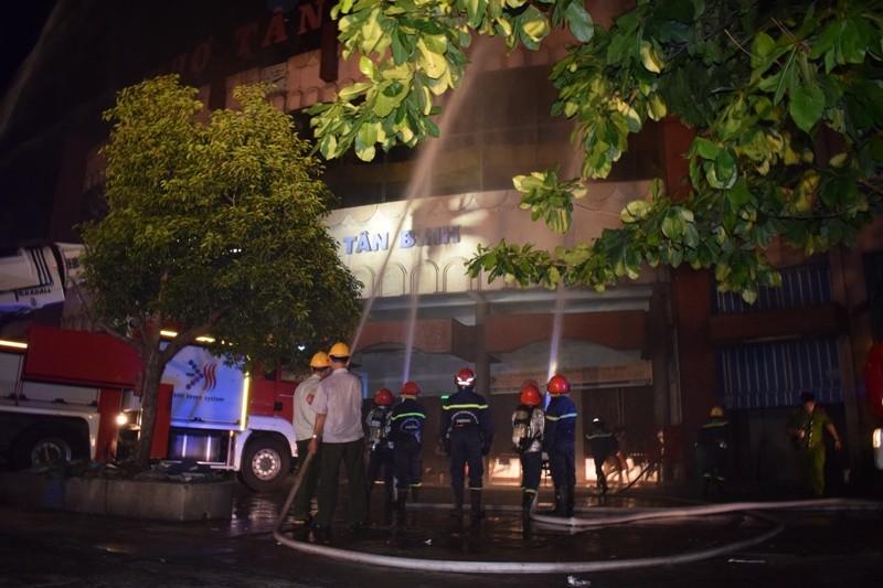 Hơn 200 tiểu thương chợ Tân Bình diễn tập chữa cháy  - ảnh 10