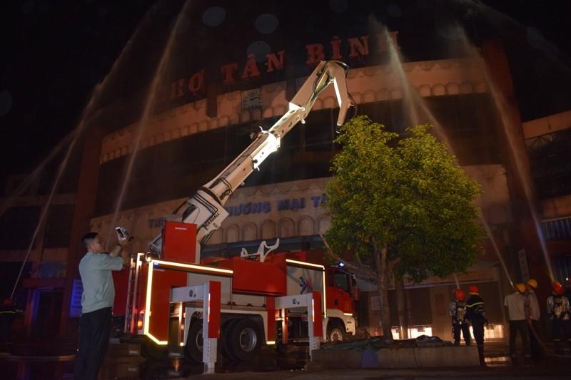 Hơn 200 tiểu thương chợ Tân Bình diễn tập chữa cháy  - ảnh 5