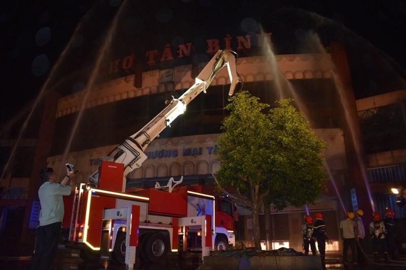 Hơn 200 tiểu thương chợ Tân Bình diễn tập chữa cháy  - ảnh 13