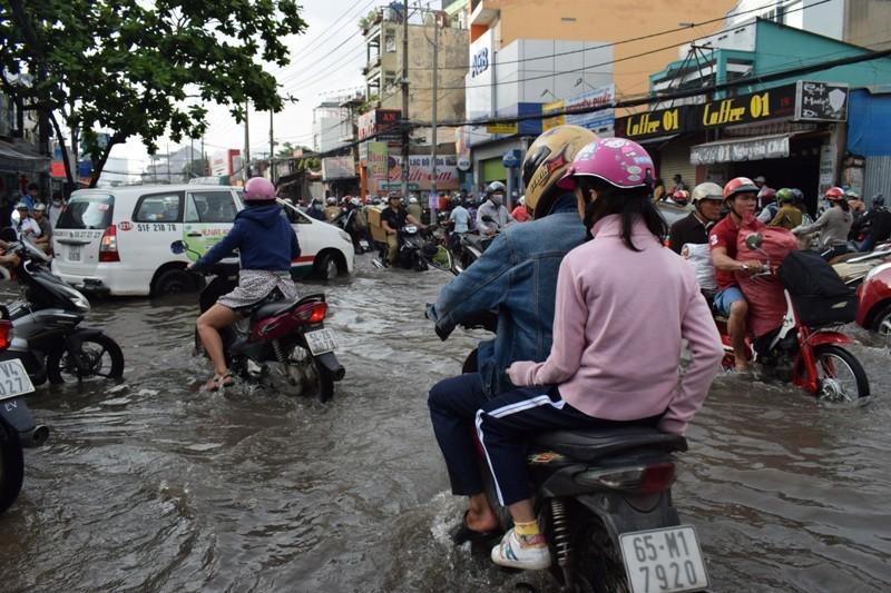 Ngập nặng đường hóa sông, hàng trăm xe chết máy la liệt - ảnh 8