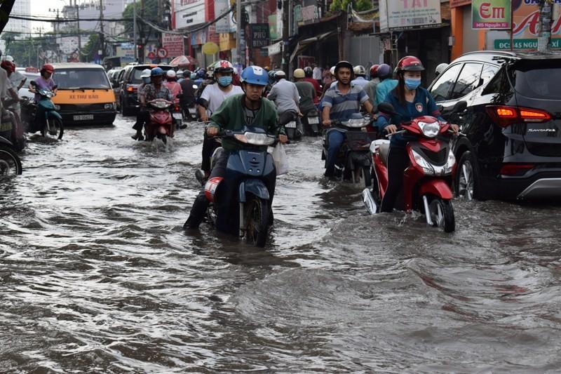 Ngập nặng đường hóa sông, hàng trăm xe chết máy la liệt - ảnh 1