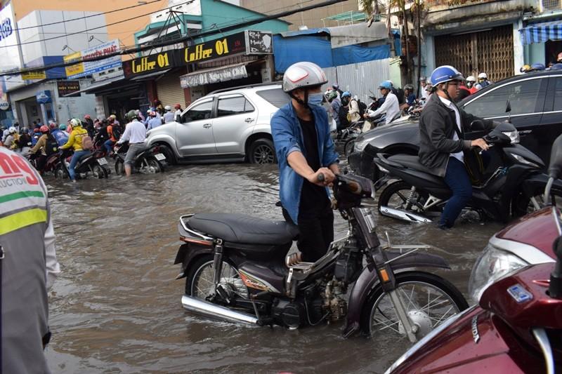 Ngập nặng đường hóa sông, hàng trăm xe chết máy la liệt - ảnh 3