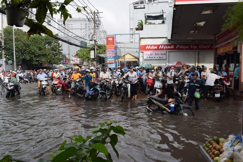 Ngập nặng đường hóa sông, hàng trăm xe chết máy la liệt - ảnh 5