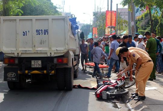 Va chạm xe máy, người phụ nữ đập đầu xuống đường  - ảnh 1