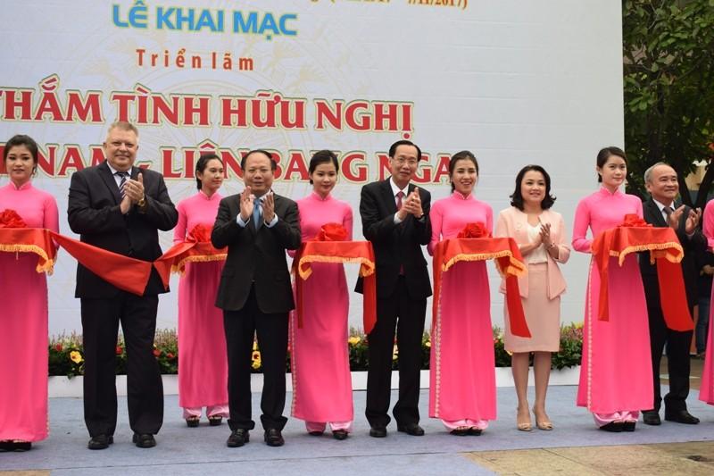 Triển lãm Thắm tình hữu nghị Việt Nam - Liên bang Nga - ảnh 1