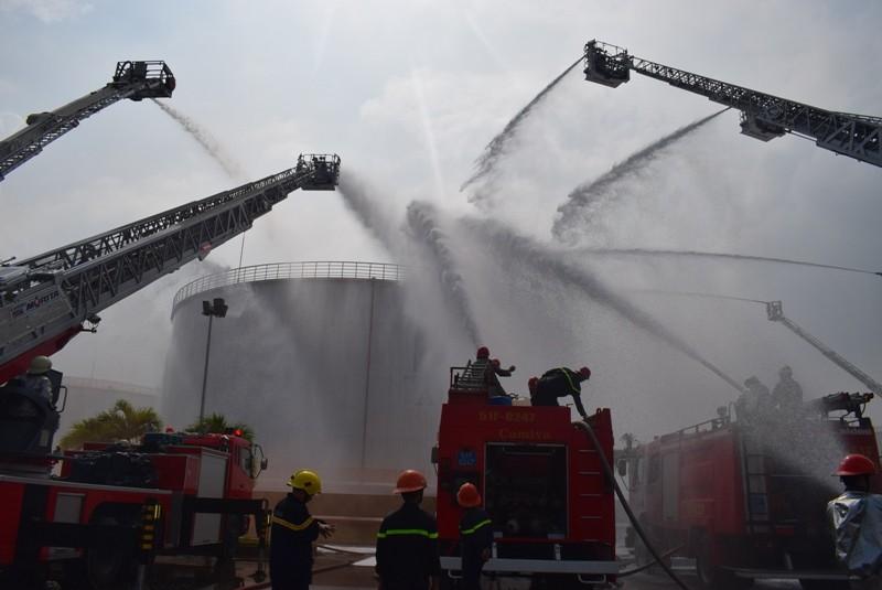 900 người dập đám cháy Tổng kho xăng dầu Nhà Bè - ảnh 2