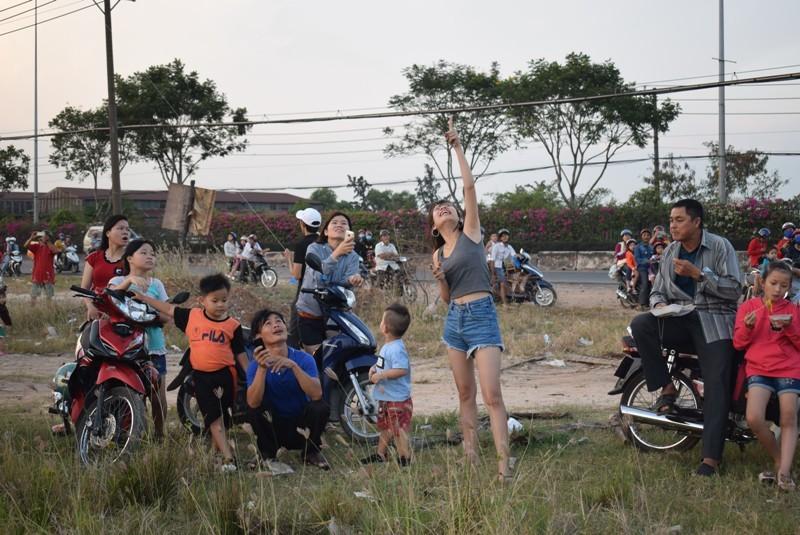 Mê mẩn cánh đồng diều Hóc Môn, hàng trăm người dừng xe - ảnh 1