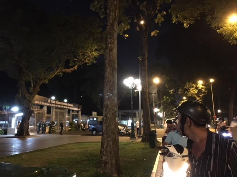 Người dân khắp nơi về viếng bác Sáu Khải xuyên đêm  - ảnh 3